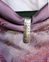Tuchhaken zum Festhalten des Tuches am hinteren Ausschnitt